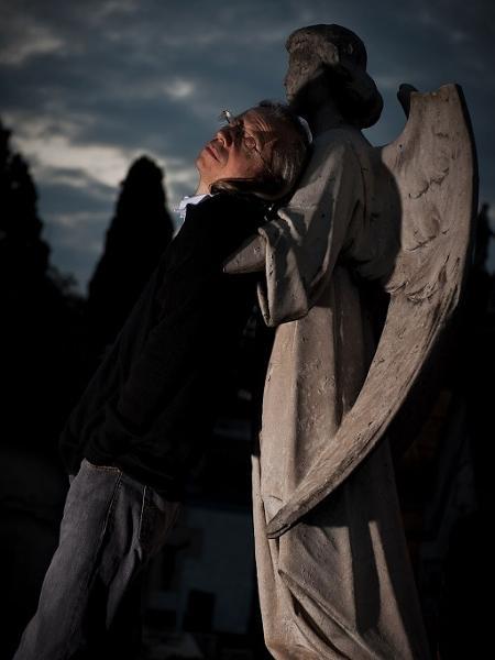 Rogerio Skylab em foto registrada no cemitério do Araçá, em São Paulo - Alexandre Rezende/Folhapress