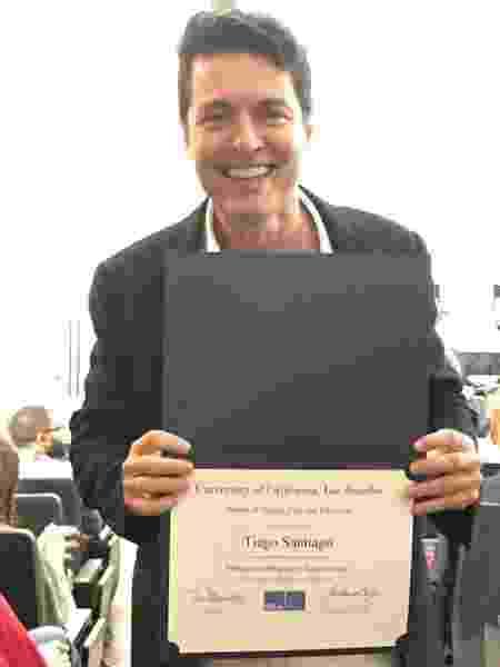 O novelista Tiago Santiago exibe o diploma de roteirista em curso da UCLA, nos Estados Unidos - Reprodução/Instagram/tiagosantiago