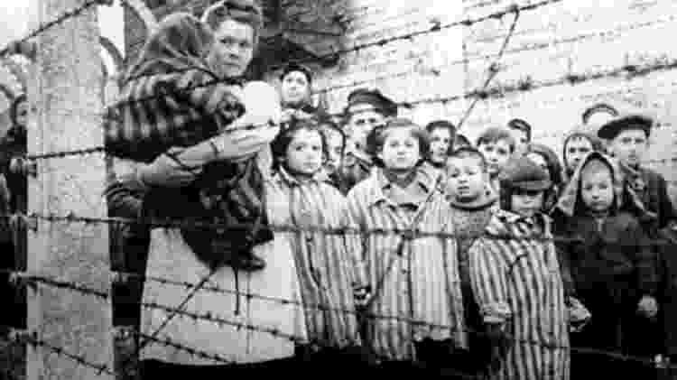 Tropas soviéticas libertaram sobreviventes famintos em Auschwitz em janeiro de 1945  - Getty Images - Getty Images