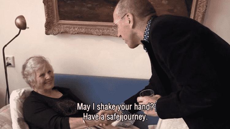 Em cena do documentário, médico se despede de Annie: 'Posso te dar a mão? Tenha uma boa jornada' - CORTESIA DO FILME 'BEFORE IT'S TOO LATE'
