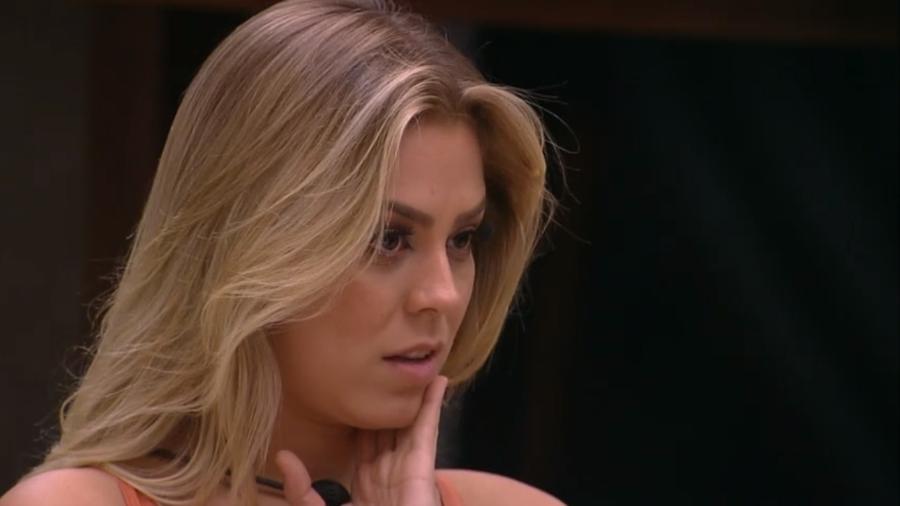 Isabella questiona Paula sobre o jogo - Reprodução/GloboPlay