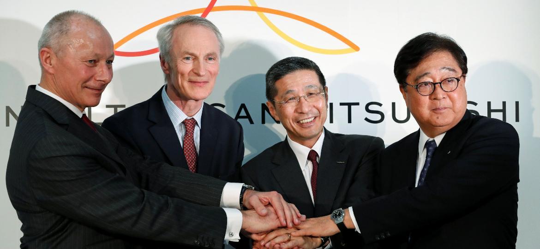 O CEO da Renault, Thierry Bollore, o presidente da Renault, Jean-Dominique Senard, o CEO da Nissan, Hiroto Saikawa, e o CEO da Mitsubishi Motors, Osamu Masuko, se cumprimentam em Yokohama (da esq. para direita)  - Kim Kyung-Hoon/Reuters
