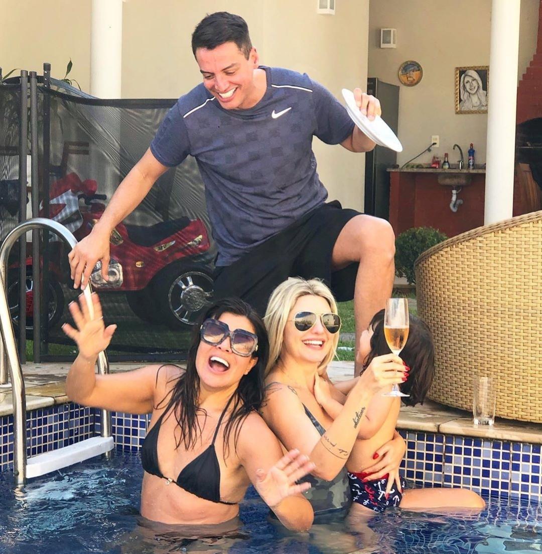 Cadê a Lívia? Leo Dias curte piscina com Mara Maravilha e Fontenelle no Rio