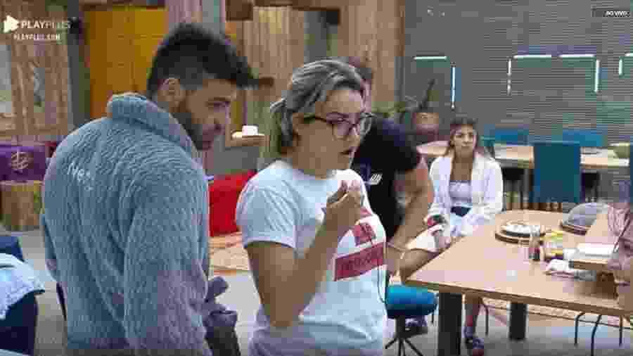 Netto conversa com Thayse e Tati Dias na cozinha da sede - Reprodução/playPlus