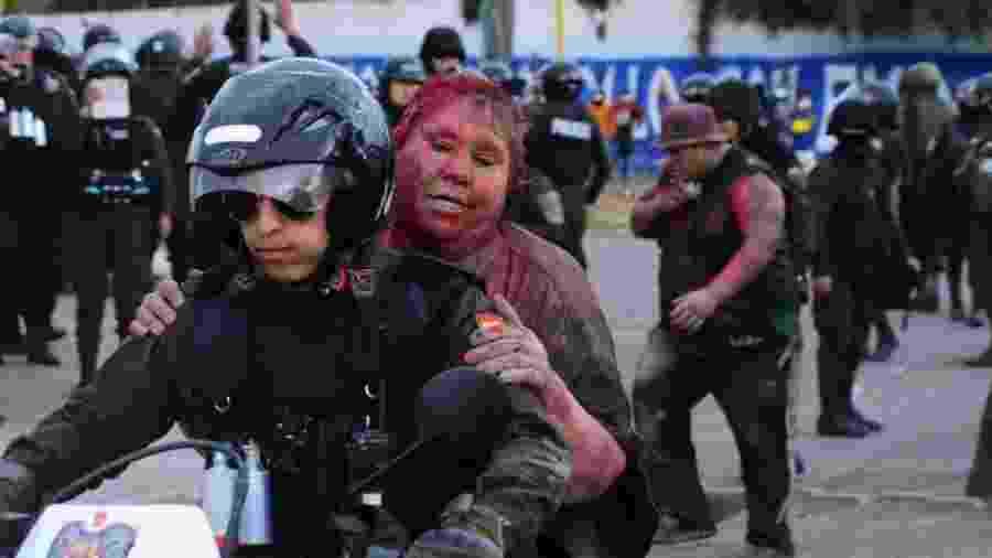 Prefeita boliviana Patricia Arce tem cabelo cortado à força por manifestantes - Daniel James / LOS TIEMPOS BOLIVIA / via REUTERS