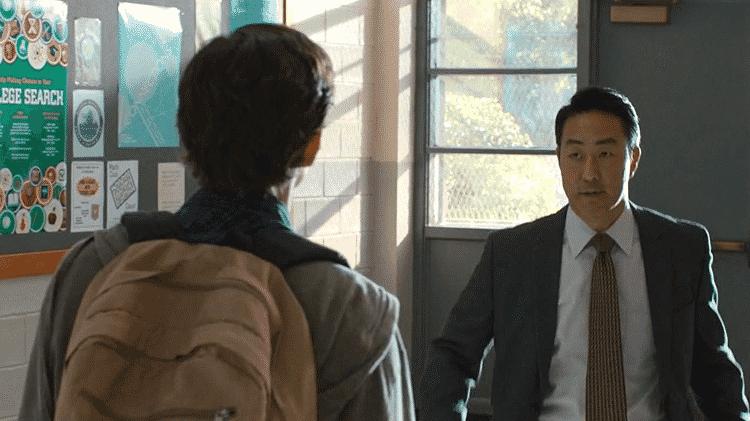 O ator  Kenneth Choi como o diretor da escola de Peter Parker em Homem-Aranha: De Volta ao Lar - Reprodução
