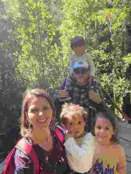 Alex e Aline e os filhos Manu, Éric e Felipe na Reserva Huilo-Huilo, em Panguipulli, Chile - Arquivo pessoal - Arquivo pessoal