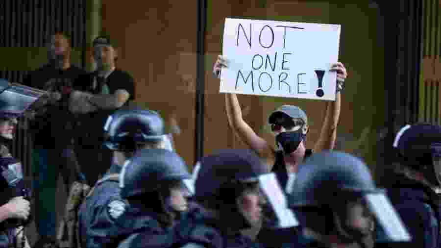 Protesto com placa em Louisville pela morte de Breonna Taylor e de George Floyd - Brett Carlsen/Getty Images