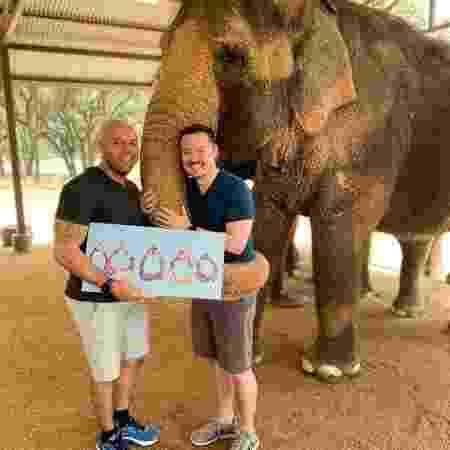 Alex e o noivo em foto postada no Facebook - Reprodução/Facebook