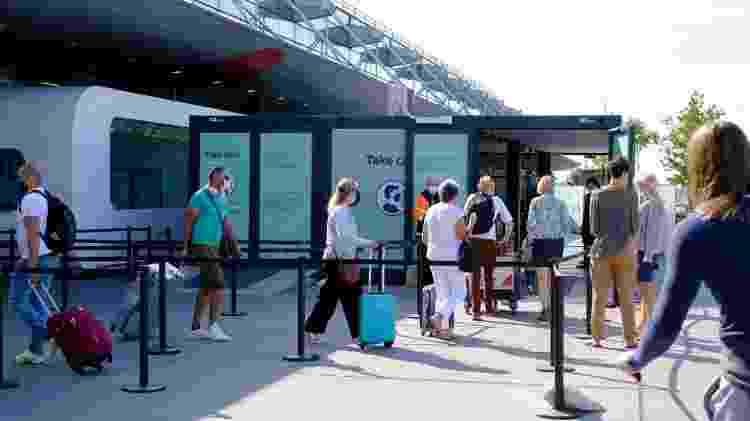 Pessoas passam por área de exames de covid-19 antes de entrarem no aeroporto de Bruxelas. Passageiros que estiverem com temperatura acima de 38 ºC não podem embarcar - Getty Images - Getty Images
