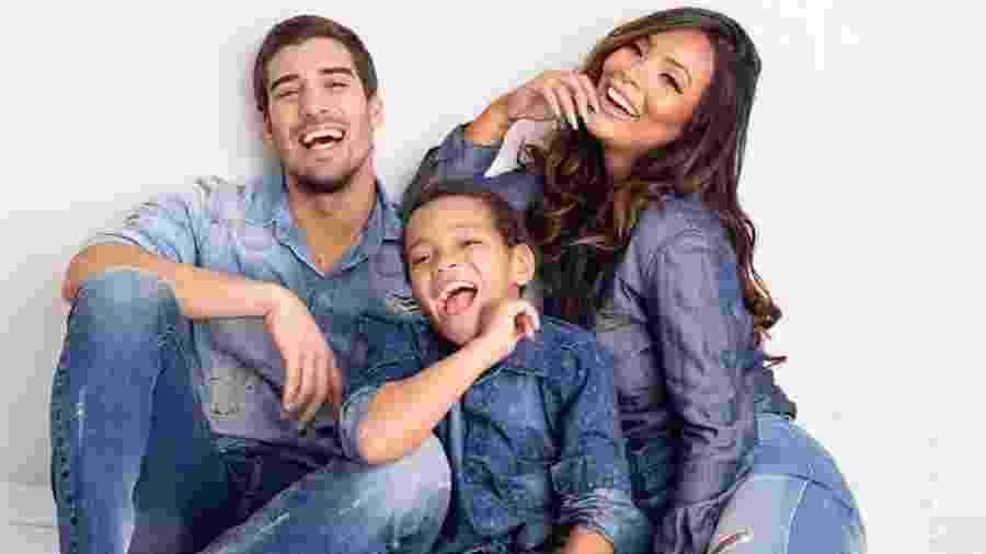 Carol Nakamura com o noivo, Guilherme Leonel, e o filho Wallace - Mariana Salles - Reprodução/Instagram