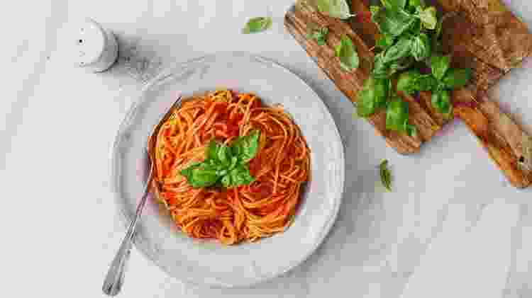 Ervas precisam fazer sentido: manjericão decora um molho de tomate - Eugene Mymrin - Eugene Mymrin
