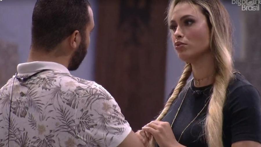 BBB 21: Sarah conversa com Gilberto na área externa - Reprodução/ Globoplay