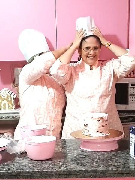 A ministra Damares Alves decora bolo em uma live que fez em seu Instagram - Reprodução