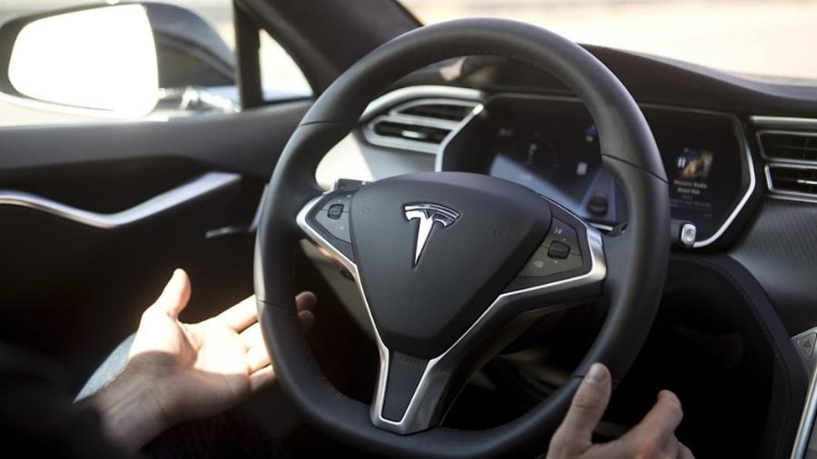 Volante de carro da Tesla - Rperodução