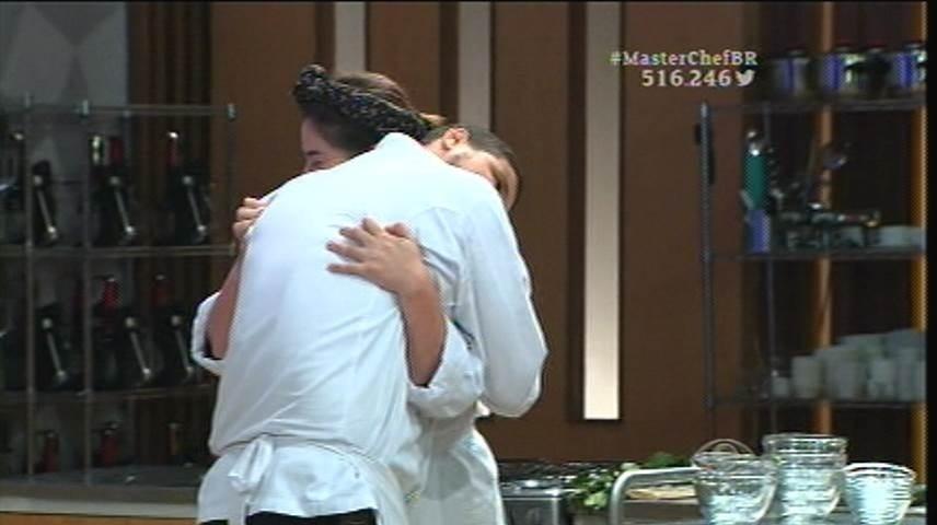 15.set.2015 - Os participantes se abraçam antes do início da prova