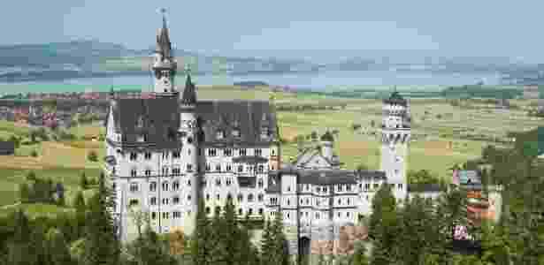 O castelo Neuschwanstein está cercado por lindos lagos da Bavária - Getty Images