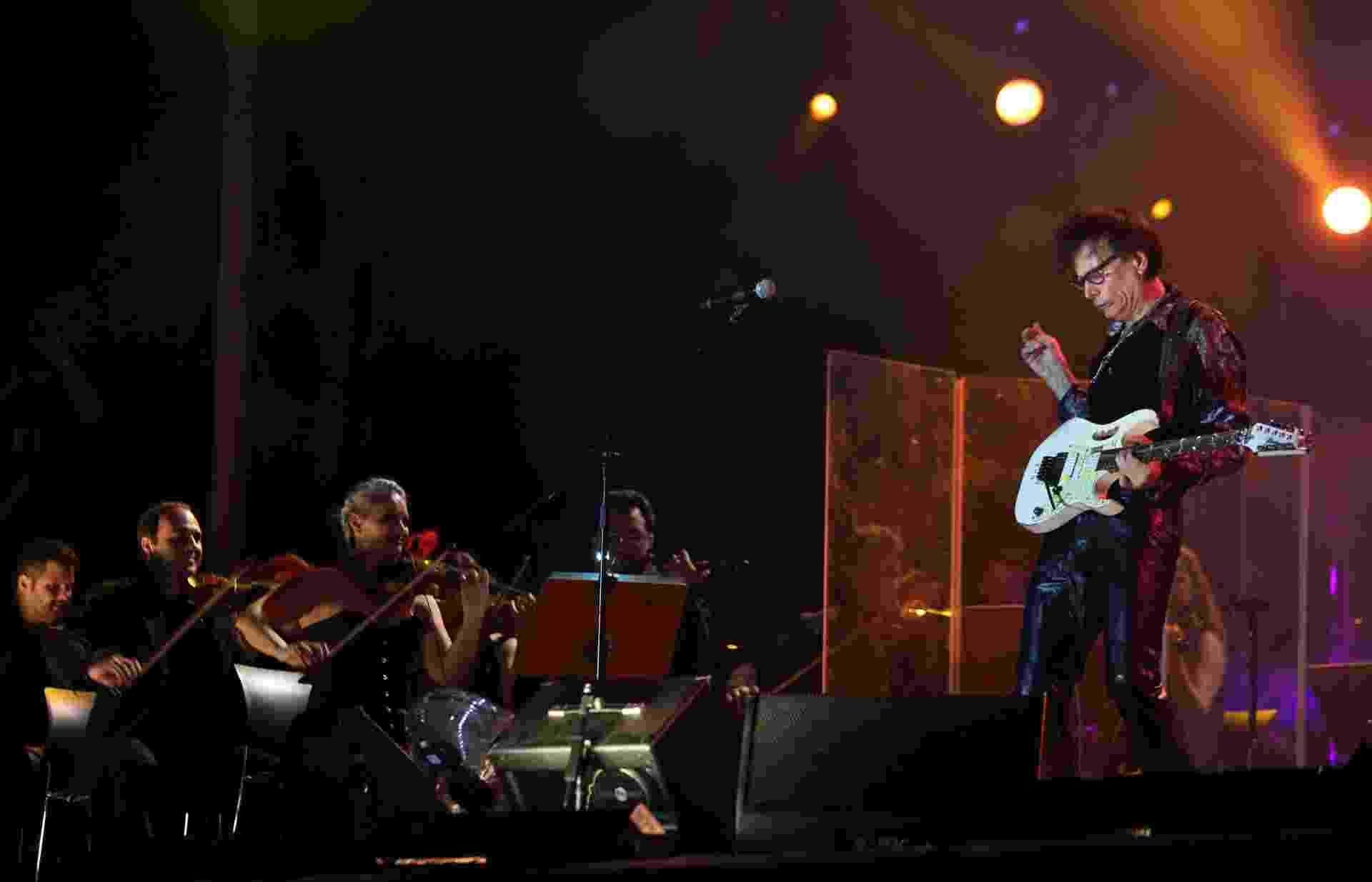25.set.2015 - O guitarrista Steve Vai se apresenta com a Camerata Florianópolis, fechando o palco Sunset, durante o quinto dia do festival Rock in Rio 2015. - Fábio Motta/Estadão Conteúdo