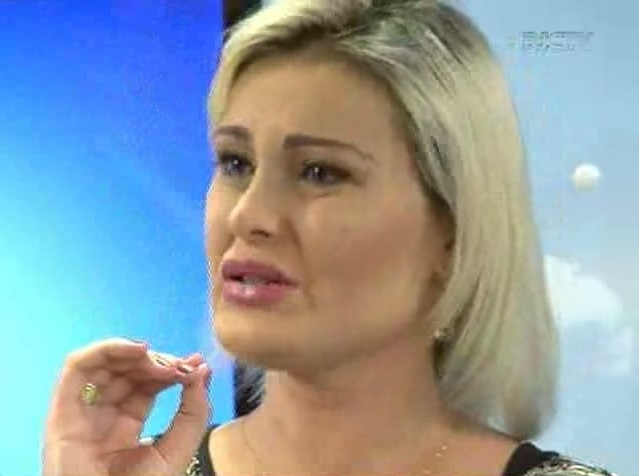 Andressa Urach chora durante entrevista para telejornal da Record em Santa Catarina