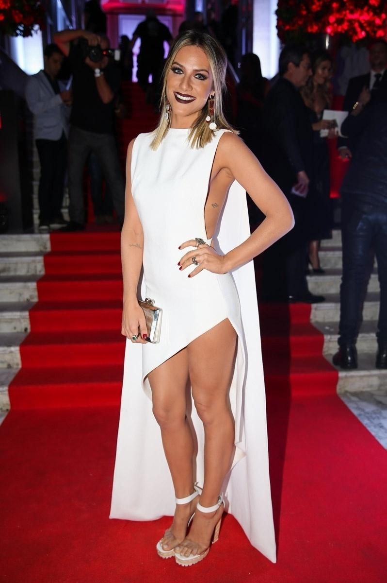 6.out.2015 - Giovanna Ewbank usa vestido branca com fenda ao chegar na festa de 15 anos da revista