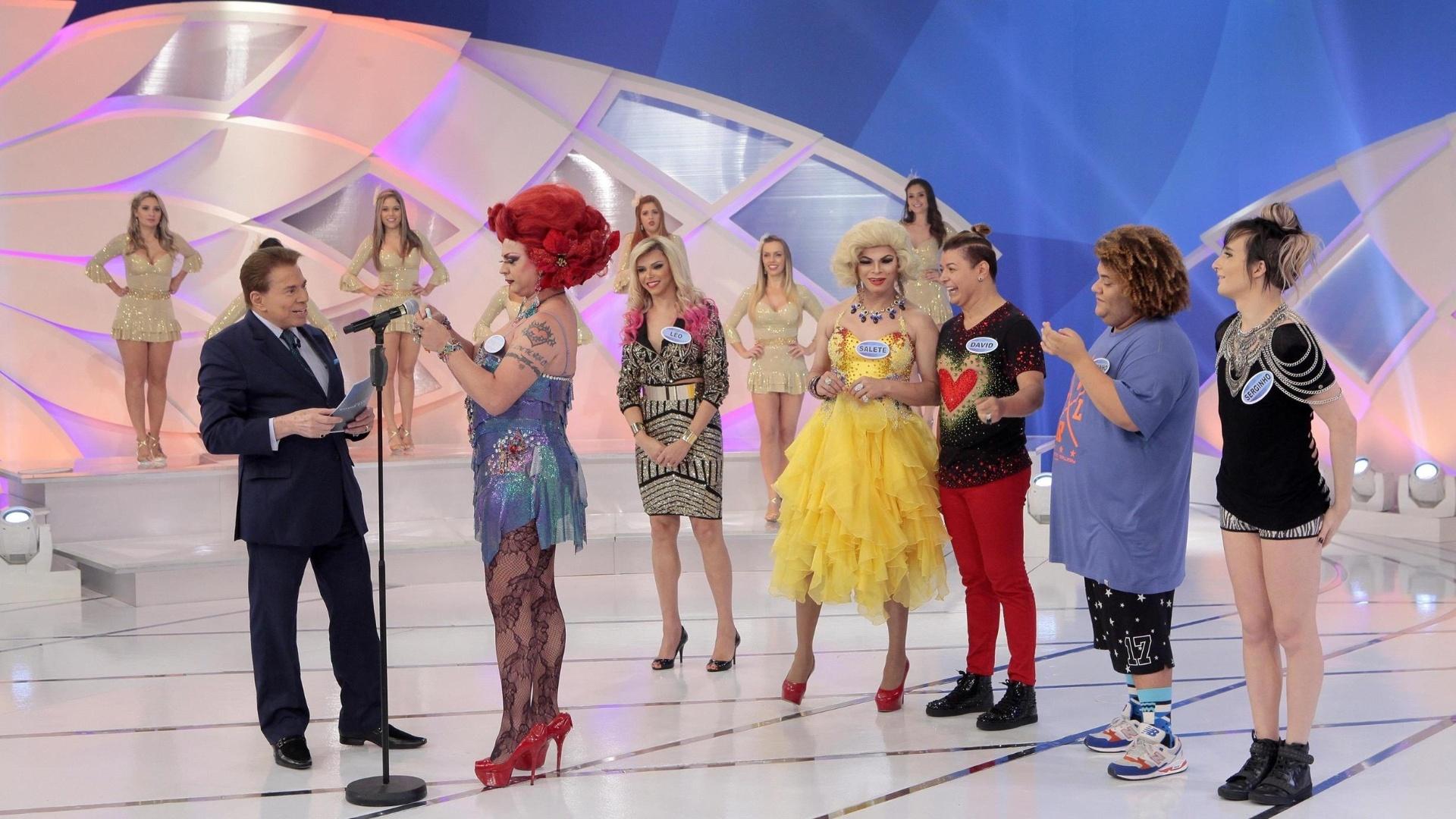 Silvio Santos recebe Léo Aquila, Salete Campari, Gominho e ex-BBBs no palco de seu programa