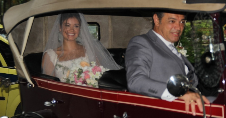 6.dez.2015 - Sophie Charlotte chega acompanhada do pai, José Mario da Silva a seu casamento com o ator Daniel de Oliveira