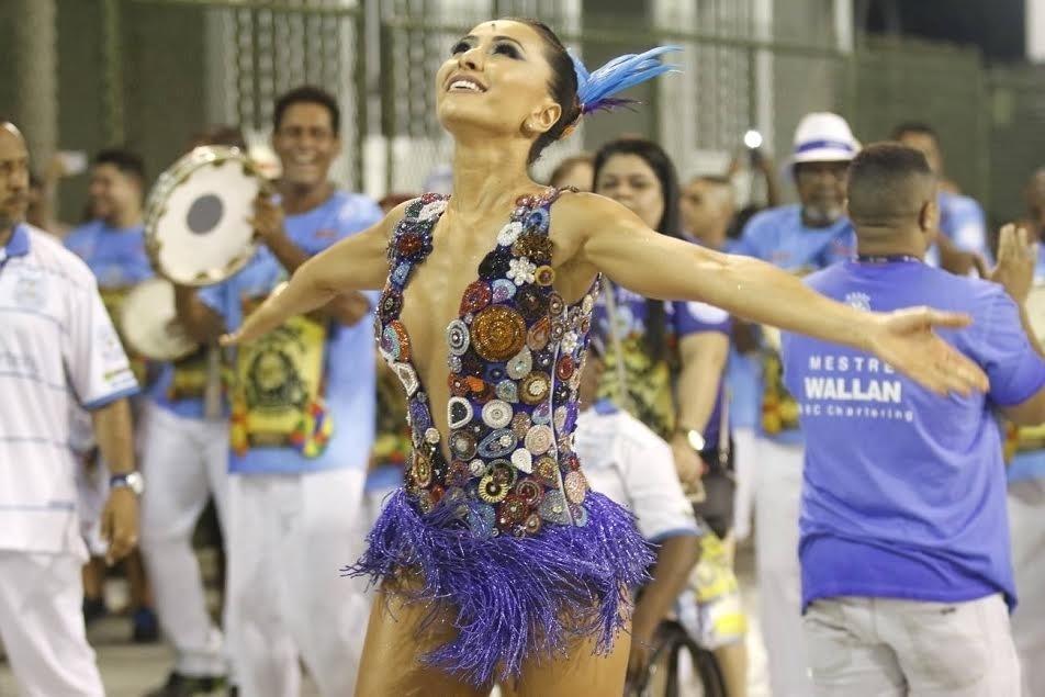13.dez.2015 - A rainha de bateria Sabrina Sato participa de ensaio técnico da Vila Isabel, no Rio de Janeiro