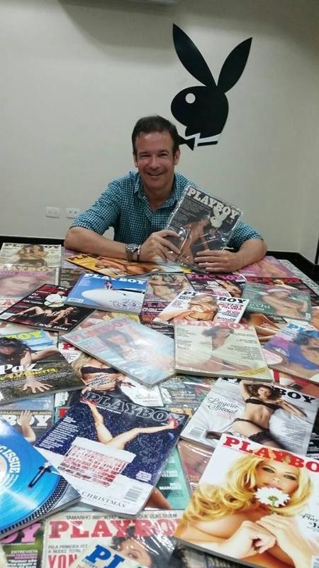 """André Sanseverino, vice-presidente da nova """"Playboy"""", exibia com orgulho as edições da revista em seu escritório - Arquivo Pessoal"""