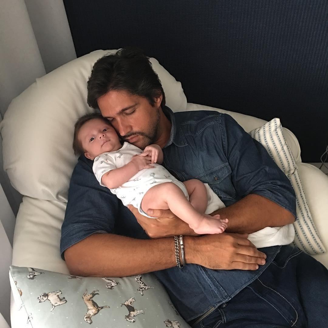 18.dez.2015 - O sertanejo Leo Chaves, da dupla com Victor, comemorou o aniversário de dois meses de seu terceiro filho, José, e publicou uma foto com o bebê em seu colo.