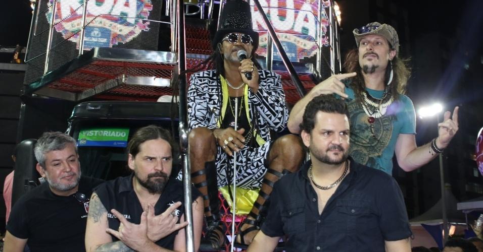 6.fev.2016 - Carlinhos Brown posa ao lado da banda Sepultura momentos antes de se apresentar com seu trio no circuito Barra-Ondina