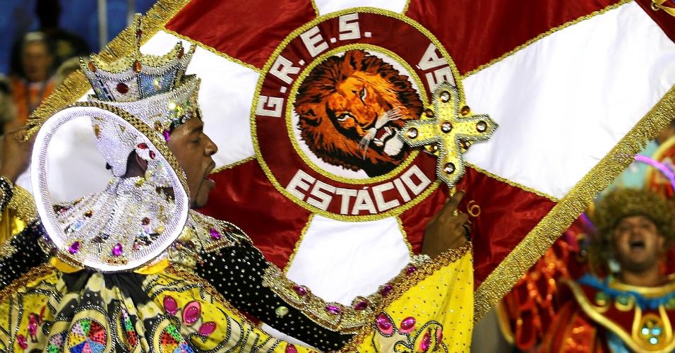 7.fev.2016 - Casal de mestre-sala e porta-bandeira da Estácio de Sá, que homenageia São Jorge ao abrir o Carnaval 2016 do Rio
