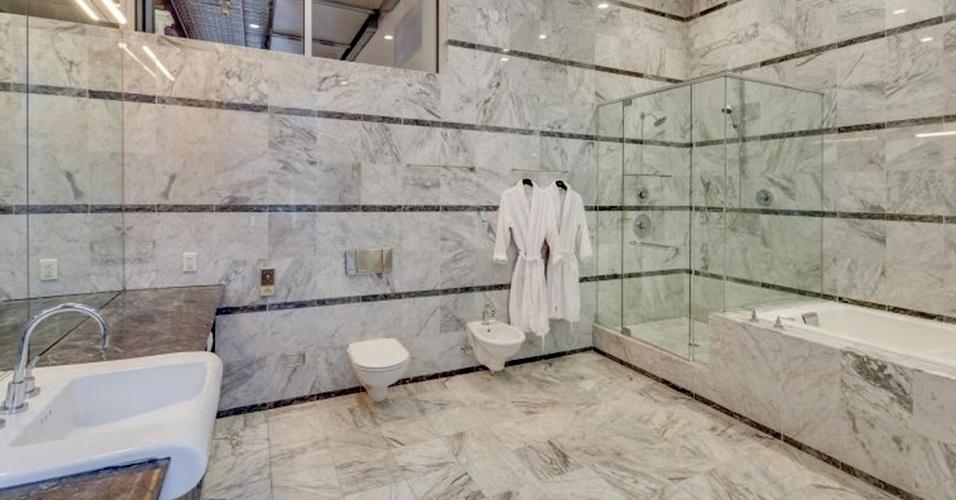 O banheiro da suíte do casal Adam Levine e Behati Prinsloo tem banheira de hidromassagem e cabine de banho limitados por boxes de vidro. As louças são brancas e o revestimento do piso e das paredes é feito em mármore. O loft do vocalista do Maroon 5 e da top model namibiana está à venda por cerca de R$ 20 milhões, em Nova York, Estados Unidos