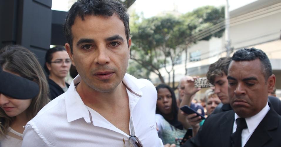 17.set.2016 - O ator Anderson Di Rizzi deixa velório do ator Domingos Montagner no Teatro Fernando Torres
