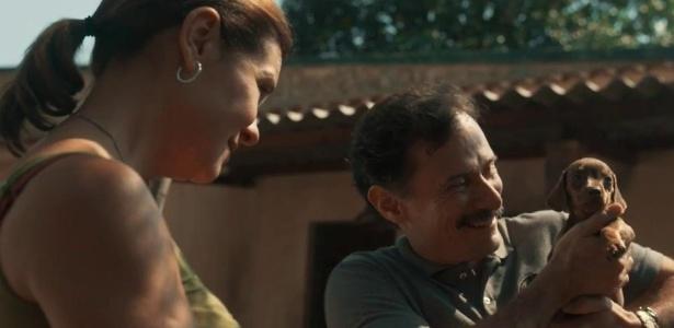 """Fátima (Adriana Esteves) presenteia Douglas (Enrique Diaz) com um cachorrinho em """"Justiça"""" - Reprodução/TV Globo"""