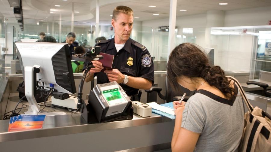É preciso estar preparado para encarar os oficiais de imigração de aeroportos estrangeiros - James Tourtellotte/Flickr U.S. Customs and Border Protection Follow