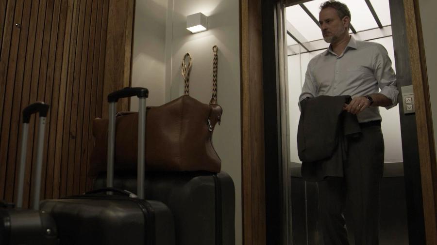 """Eugênio (Dan Stulbach) encontra as malas no corredor em """"A Força do Querer"""""""" - Reprodução/GShow"""