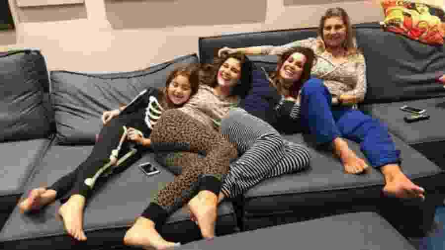 Flávia Alessandra com as filhas, Giulia e Olívia, e a mãe, Rachel - Reprodução/Instagram/flaviaalereal