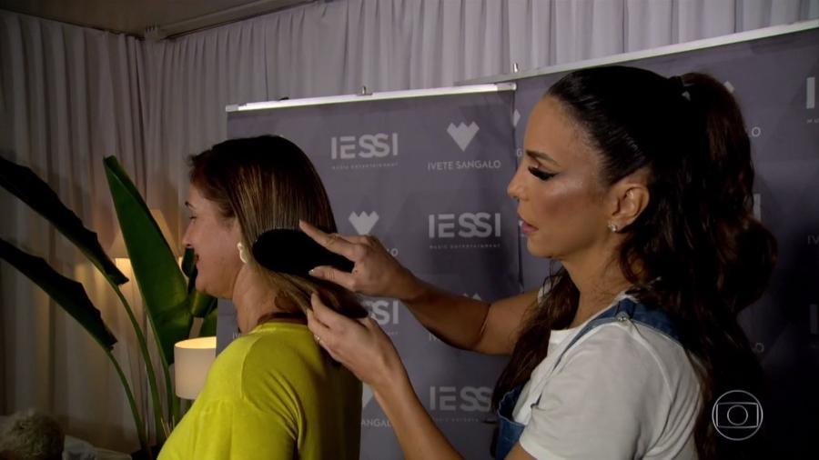 """Repórter Lília Teles é penteada por Ivete Sangalo durante reportagem do """"Jornal Nacional"""" - Reprodução/TV Globo"""