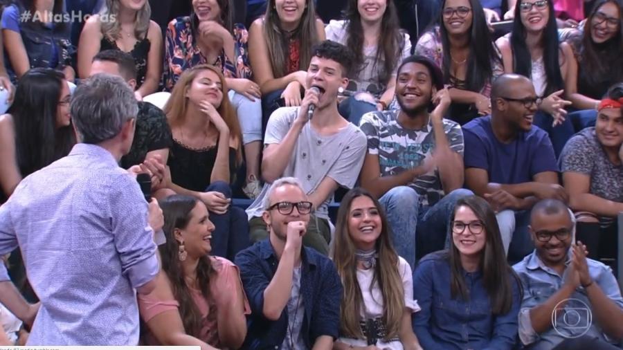 """Jovem gesticula sexo oral com microfone na plateia do """"Altas Horas"""" - Reprodução/Globo"""