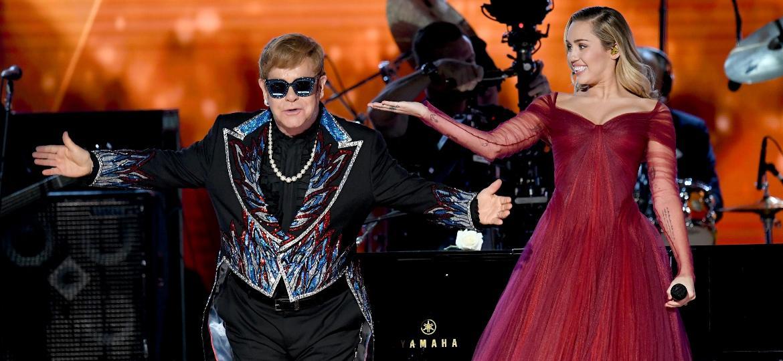 Elton John e Miley Cyrus se apresentam no palco do Grammy 2018 - Getty Images