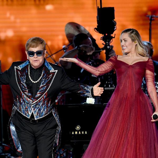 Elton John e Miley Cyrus se apresentam no palco do Grammy 2018