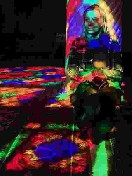 A brasileira posa sob a luz dos vitrais coloridos da mesquita Nasir al Molk, em Shiraz - Cassia Dian/Arquivo pessoal - Cassia Dian/Arquivo pessoal