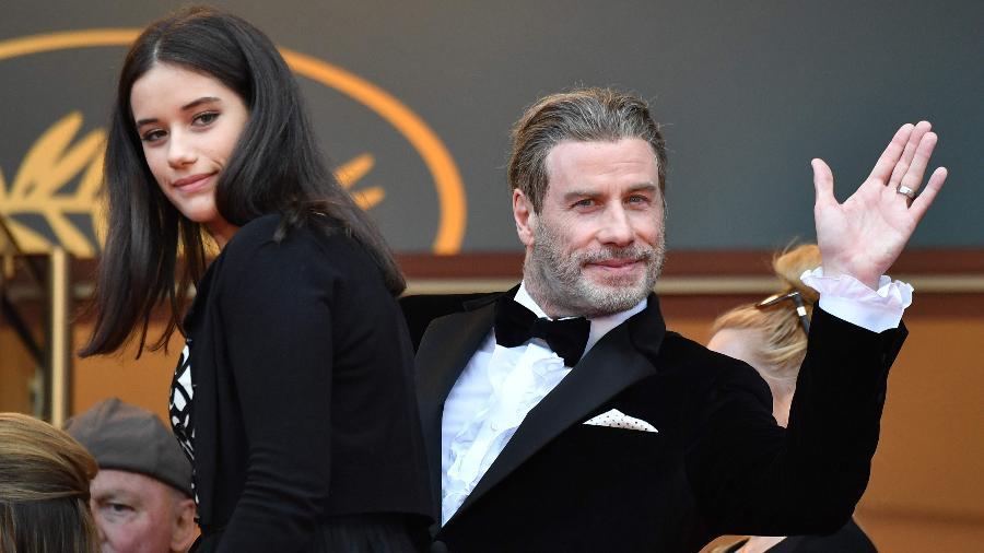 John Travolta acena para fotógrafos no Festival de Cannes ao lado de sua filha, Ella - Alberto Pizzoli/AFP