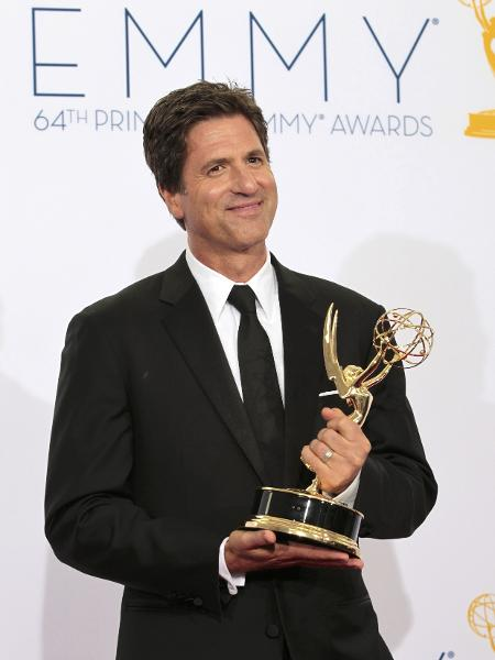 """Steven Levitan, co-criador da série """"Modern Family"""", exibe estatueta do Emmy  - Mario Anzuoni/Reuters"""