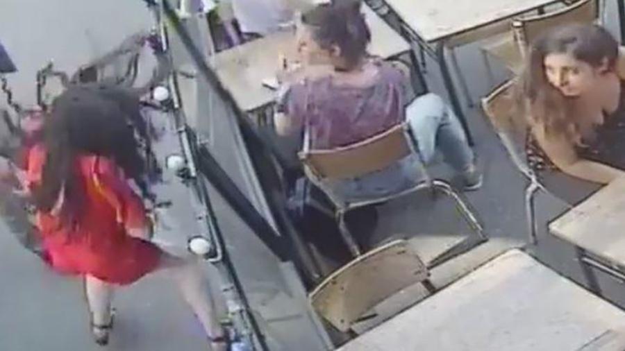 O homem foi flagrado atacando a estudante francesa em vídeo de segurança de um café - Reprodução