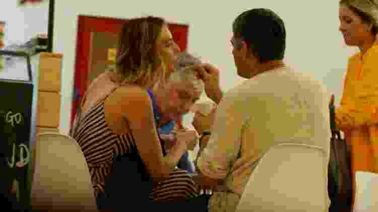 William Bonner curte cinema com a noiva e a paparica em passeio no Rio