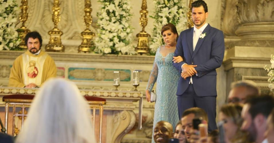 Marcelo Bimbi entrou com a mãe, Ália na igreja