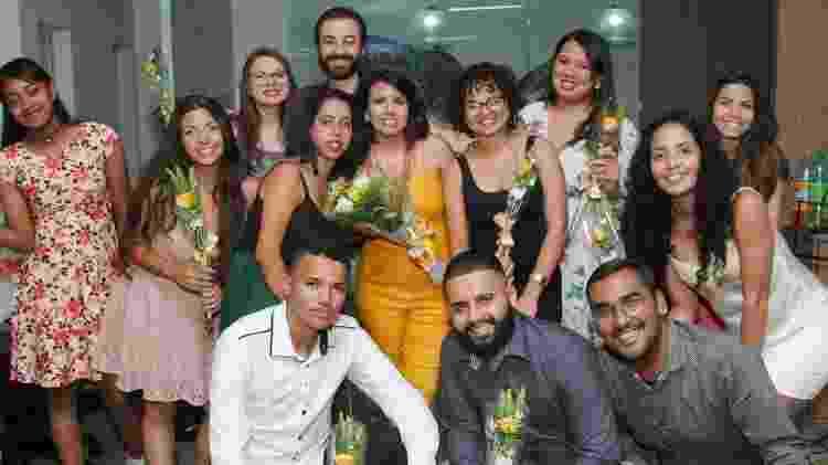 Ariane (ao centro, de amarelo) com alunos da primeira turma do projeto, que se formou em dezembro; neste ano, projeto terá 100 novos participantes - Andre Pereira/Divulgação