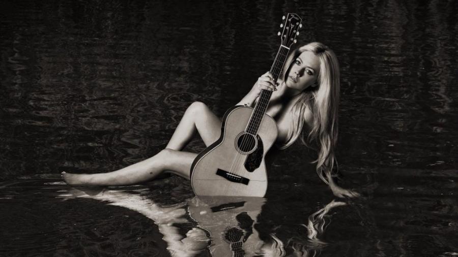 "Avril Lavigne na capa do disco ""Head Above Water"" - Reprodução/Twitter"