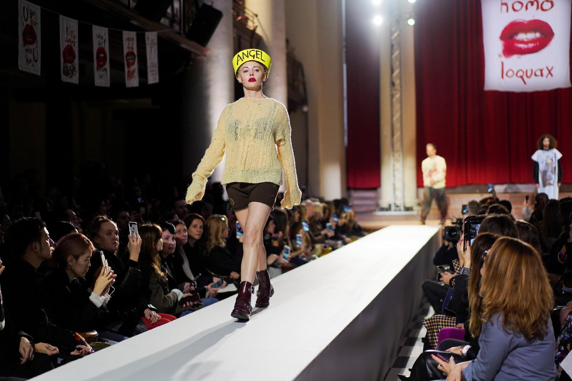ae2ff2b0efb709 Fotos: Vivienne Westwood leva pioneira do #MeToo à Semana de Moda de ...